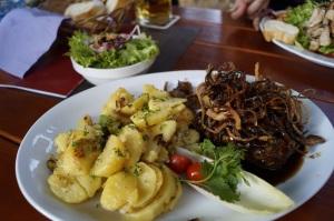 Zwiebelrostbraten mit Bratkartoffeln und Beilagensalat