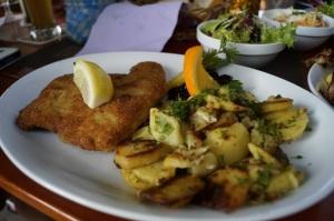 Cordon Bleu mit Bratkartoffeln und Beilagensalat