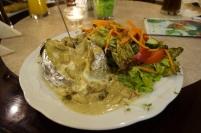 Gefüllte Kartoffel mit Steinpilzsoße und Salat