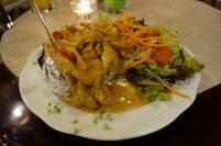 Gefüllte Kartoffel mit Lendenstreifen vom Schwein, Paprikarahmsoße und Salat