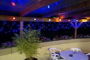 Drausen haben wir bei Nacht diese blaue Beleuchtung die wirkt auf dem Foto schön, in echt sieht es eher nach Partylaube im Garten aus