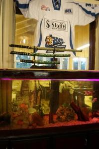 Aquarium, Katana und ein Eishocketrickot...ja so sieht es wirklich aus...