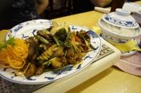 Rindfleisch mit Gemüse in Pfeffersoße auf den klassichen Warmhalteplatten mit Reis