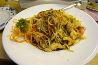 Gebratene Nudeln (ohne Sojasoße – Extrawunsch) mit Gemüse und Hähnchen. Großzügige und leckere Portion