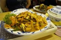 Hähnchenfleisch mit Gemüse in Erdnusssauce mit Reis.