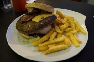 Baconburger (200gr) mit Pommes