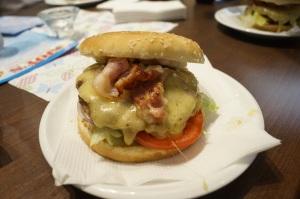 Baconburger (Tomate, Zwiebel, Gurke, Salat, Patty, Käse, Bacon, Bröttchen und Mayo und Specialsauce)