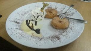 Apfelküchlein mit Vanilleeis