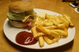 Kleiner Baconburger mit Pommes