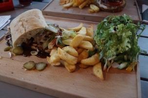 Car-Rib-Burger mit Pommes und Salat