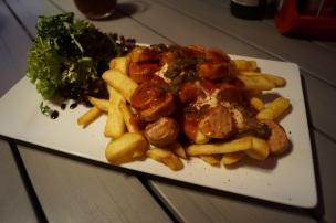 Currywurst mit Pommes Rot-Weiß