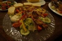 Großer gemischter Salat mit Zitronendressing und gegrillten Putenbrustsstreifen