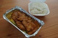 Gebratenes Hühnerfleisch in Currysoße