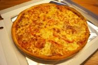 32cm Pizza mit Paprika, Salami und Schinken