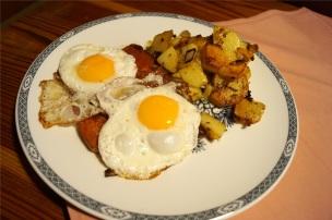Kleinere Portion Leberkäse mit Ei und Bratkartoffeln