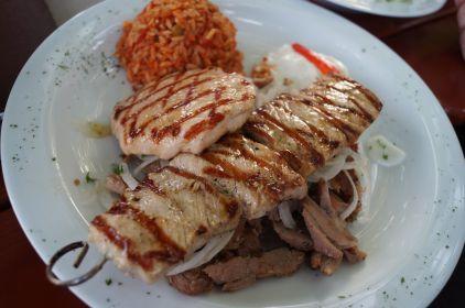 Dorf Teller mit Steak und Suflaki